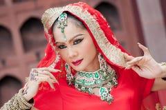 Οι ταϊλανδικές γυναίκες εκτελούν τους χορούς της Ινδίας στα ιστορικά κοστούμια Στοκ Εικόνες