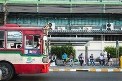 Οι ταϊλανδικοί λαοί περιμένουν το λεωφορείο στη στάση λεωφορείου στη Μπανγκόκ Στοκ Φωτογραφία