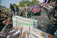 Οι ταϊλανδικοί διαμαρτυρόμενοι σπάζουν τα οδοφράγματα Στοκ φωτογραφία με δικαίωμα ελεύθερης χρήσης