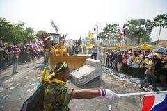Οι ταϊλανδικοί διαμαρτυρόμενοι σπάζουν τα οδοφράγματα Στοκ Εικόνα