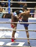 Οι ταϊλανδικοί μαχητές Muay ανταγωνίζονται σε μια ταϊλανδική εγκιβωτίζοντας αντιστοιχία στοκ φωτογραφίες