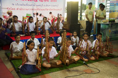 Οι ταϊλανδικοί σπουδαστές ενώνουν το μουσικό όργανο παιχνιδιού angklung παρουσιάζουν peop Στοκ Φωτογραφία