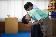 Οι ταϊλανδικοί σπουδαστές υποβάλλουν τα σέβη Στοκ Εικόνα