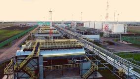 Οι τεράστιες δεξαμενές με τα προϊόντα αερίου στις εγκαταστάσεις καθαρισμού φυτεύουν την ανώτερη άποψη απόθεμα βίντεο