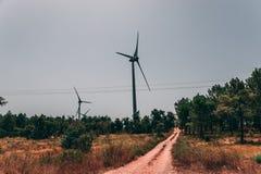 Οι τεράστιοι στρόβιλοι ανεμόμυλων στην περιοχή του Αλγκάρβε παράγουν την ηλεκτρική ενέργεια Στοκ Φωτογραφία