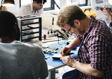 Οι τεχνικοί εργάζονται στο σκληρό δίσκο υπολογιστών Στοκ Εικόνα