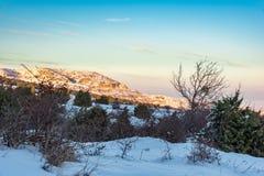 Οι τελευταίες ακτίνες του ήλιου λάμπουν στο βουνό Όμορφος ζωηρόχρωμος ουρανός Ρωσία, Stary Krym Στοκ φωτογραφία με δικαίωμα ελεύθερης χρήσης