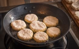 Οι τηγανίτες είναι τηγανισμένες σε ένα τηγανίζοντας τηγάνι Στοκ φωτογραφίες με δικαίωμα ελεύθερης χρήσης