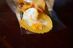 Οι τηγανίτες (επιδόρπιο Ταϊλάνδη) προσθέτουν το γάλα καρύδων, την κρέμα, τη ζάχαρη σε ένα τηγάνι φύλλων και το ρόλο Στοκ εικόνες με δικαίωμα ελεύθερης χρήσης