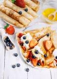 Οι τηγανίτες με η κρέμα και οι φράουλες Στοκ Φωτογραφία