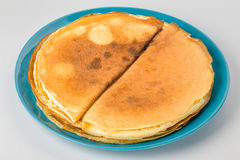 Οι τηγανίτες σε ένα μπλε καλύπτουν το άσπρο υπόβαθρο Στοκ Εικόνες