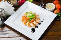 Οι τηγανισμένες γαρίδες με τη σαλάτα διακοσμούν Στοκ Εικόνες
