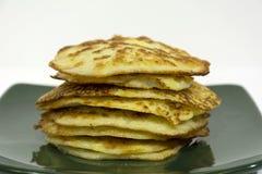 Οι τηγανισμένες τηγανίτες πατατών συσσωρεύονται στο πιάτο στοκ εικόνες