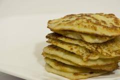 Οι τηγανισμένες τηγανίτες πατατών συσσώρευσαν μια σε έναν άλλο σωρό των τηγανιτών στοκ εικόνες με δικαίωμα ελεύθερης χρήσης