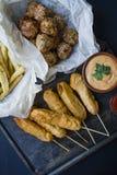 Οι τηγανισμένες τηγανιτές πατάτες, orn το σκυλί Ð ¡ και croquettes και οι πατάτες λάχανων με τη σάλτσα και το κέτσαπ είναι διακοσ στοκ φωτογραφία