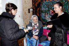 Οι της Λευκορωσίας πυροσβέστες επιθεωρούν τις ιδιωτικές κατοικίες για την πυρασφάλεια στην περιοχή Gomel Στοκ Φωτογραφία