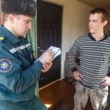 Οι της Λευκορωσίας πυροσβέστες επιθεωρούν τις ιδιωτικές κατοικίες για την πυρασφάλεια στην περιοχή Gomel Στοκ φωτογραφία με δικαίωμα ελεύθερης χρήσης