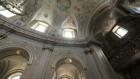Οι τοίχοι και η οροφή της εκκλησίας είναι χρωματισμένοι με τα εικονίδια φιλμ μικρού μήκους