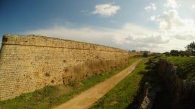 Οι τοίχοι πόλεων Famagusta, μια βαθιά τάφρος περιβάλλουν το παλαιό φρούριο απόθεμα βίντεο