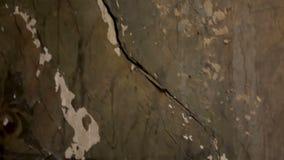 Οι τοίχοι του παλαιού εγκαταλειμμένου κτηρίου ράγισαν και χρώμα που ξεφλουδίστηκε μακριά, συνεχής αποσύνθεση φιλμ μικρού μήκους