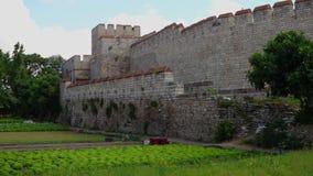 Οι τοίχοι Theodosian Κωνσταντινούπολης με τις πράσινες συγκομιδές, κόκκινο συσκευάζουν και ένας πυργίσκος κατά την άποψη φιλμ μικρού μήκους