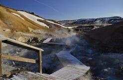 Οι τομείς ατμίδων της Ισλανδίας που καλύπτονται με το κίτρινο θειάφι με τη βράζοντας λάσπη φτιάχνουν κρατήρα ενάντια στο χειμεριν στοκ εικόνες
