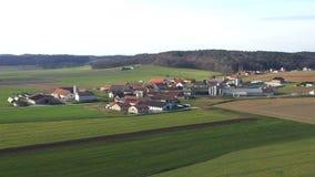 Οι τομείς σίτου και καλαμποκιού περιβάλλουν το μικρό χωριό Levanjci κοντά σε Destrnik στη Σλοβενία φιλμ μικρού μήκους