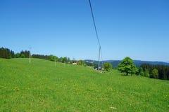 Οι τομείς Moravian με ένα πράσινο λιβάδι κατά τη διάρκεια της άνοιξη που αγνοεί την υψηλότερη αιχμή Beskydy κάλεσαν Lysa Hora, Δη στοκ φωτογραφίες με δικαίωμα ελεύθερης χρήσης