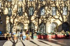 οι τοπικοί άνθρωποι αγοράζουν τα φρέσκα λαχανικά και τα φρούτα στην τοπική αγορά Στοκ Φωτογραφία