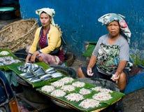 Οι τοπικοί άνθρωποι πωλούν τα ψάρια στην αγορά, Ινδονησία. Στοκ φωτογραφία με δικαίωμα ελεύθερης χρήσης