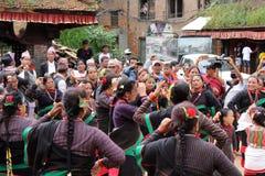 Οι τοπικοί άνθρωποι Nepali έχουν τα φεστιβάλ χορού γύρω από Bhaktapur στοκ φωτογραφία με δικαίωμα ελεύθερης χρήσης