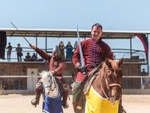 Οι τοποθετημένοι πολεμιστές καλωσορίζουν τους θεατές στο φεστιβάλ ιπποτών στο πάρκο Goren στο Ισραήλ στοκ εικόνα με δικαίωμα ελεύθερης χρήσης