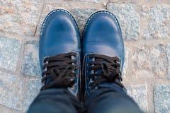 Οι τοπ γυναίκες ποδιών άποψης με Jean και το παπούτσι στέκονται στο τσιμεντένιο πάτωμα β στοκ εικόνες με δικαίωμα ελεύθερης χρήσης