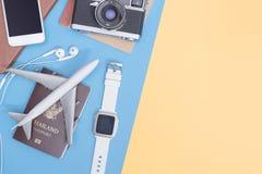 Οι τοπ συσκευές άποψης ταξιδιού αντιτίθενται για τον επιχειρησιακό ταξιδιώτη στο μπλε κίτρινο ρόδινο διάστημα αντιγράφων στοκ εικόνες