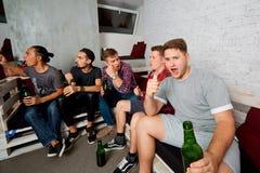 Οι τοπ φίλοι άποψης με ένα μπουκάλι της μπύρας στο χέρι του, bott Στοκ εικόνα με δικαίωμα ελεύθερης χρήσης