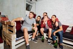 Οι τοπ φίλοι άποψης με ένα μπουκάλι της μπύρας στο χέρι του, bott Στοκ φωτογραφία με δικαίωμα ελεύθερης χρήσης