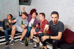 Οι τοπ φίλοι άποψης με ένα μπουκάλι της μπύρας στο χέρι του, bott Στοκ Εικόνα