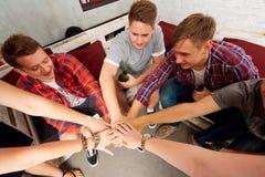 Οι τοπ φίλοι άποψης με ένα μπουκάλι της μπύρας στο χέρι του, bott Στοκ φωτογραφίες με δικαίωμα ελεύθερης χρήσης