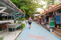 Οι τουρίστες έρχονται να αγοράσουν τα αναμνηστικά και να φάνε τα τρόφιμα στο περπάτημα της οδού Στοκ Εικόνα