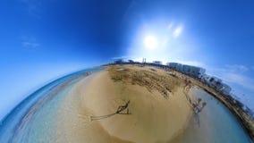 Οι τουρίστες έχουν τη διασκέδαση που κολυμπά και που βρίσκεται στην παραλία που πλένεται θαλασσίως απόθεμα βίντεο