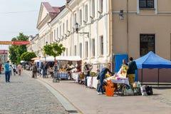Οι τουρίστες αγοράζουν τα αναμνηστικά Στοκ Εικόνα
