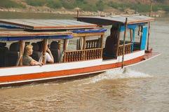Οι τουρίστες απολαμβάνονται το ταξίδι με την παραδοσιακή μακριά βάρκα από Mekong τον ποταμό σε Luang Prabang, Λάος Στοκ Εικόνες