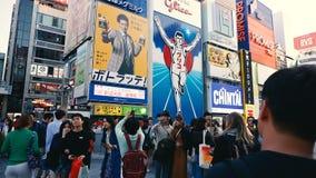 Οι τουρίστες απολαμβάνουν στο διάσημο πίνακα διαφημίσεων ατόμων Glico απόθεμα βίντεο