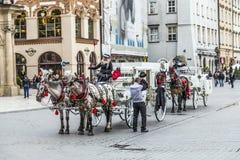 Οι τουρίστες απολαμβάνουν έναν γύρο μεταφορών στο τετράγωνο αγοράς στην Κρακοβία Στοκ φωτογραφία με δικαίωμα ελεύθερης χρήσης