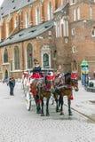 Οι τουρίστες απολαμβάνουν έναν γύρο μεταφορών στο τετράγωνο αγοράς στην Κρακοβία Στοκ Φωτογραφίες