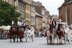 Οι τουρίστες απολαμβάνουν έναν γύρο στη horse-drawn μεταφορά στην Κρακοβία, Πολωνία Στοκ εικόνα με δικαίωμα ελεύθερης χρήσης