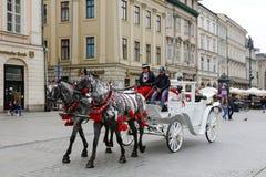 Οι τουρίστες απολαμβάνουν έναν γύρο στη horse-drawn μεταφορά Στοκ εικόνα με δικαίωμα ελεύθερης χρήσης