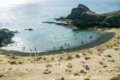 Οι τουρίστες απολαμβάνουν την παραλία Papagayo μια ηλιόλουστη ημέρα άνοιξη Στοκ Εικόνες