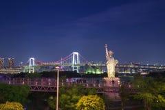 Οι τουρίστες απολαμβάνουν τη θέα του κόλπου του Τόκιο από Odaiba με το ST Στοκ εικόνα με δικαίωμα ελεύθερης χρήσης