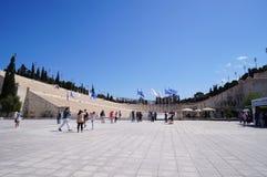 Οι τουρίστες απολαμβάνουν τη φωτογραφία στο στάδιο Panathenaic σε Athen Στοκ εικόνα με δικαίωμα ελεύθερης χρήσης